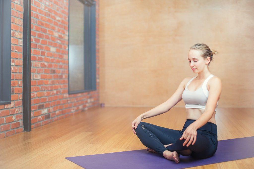 Mujer meditando en Girosalut